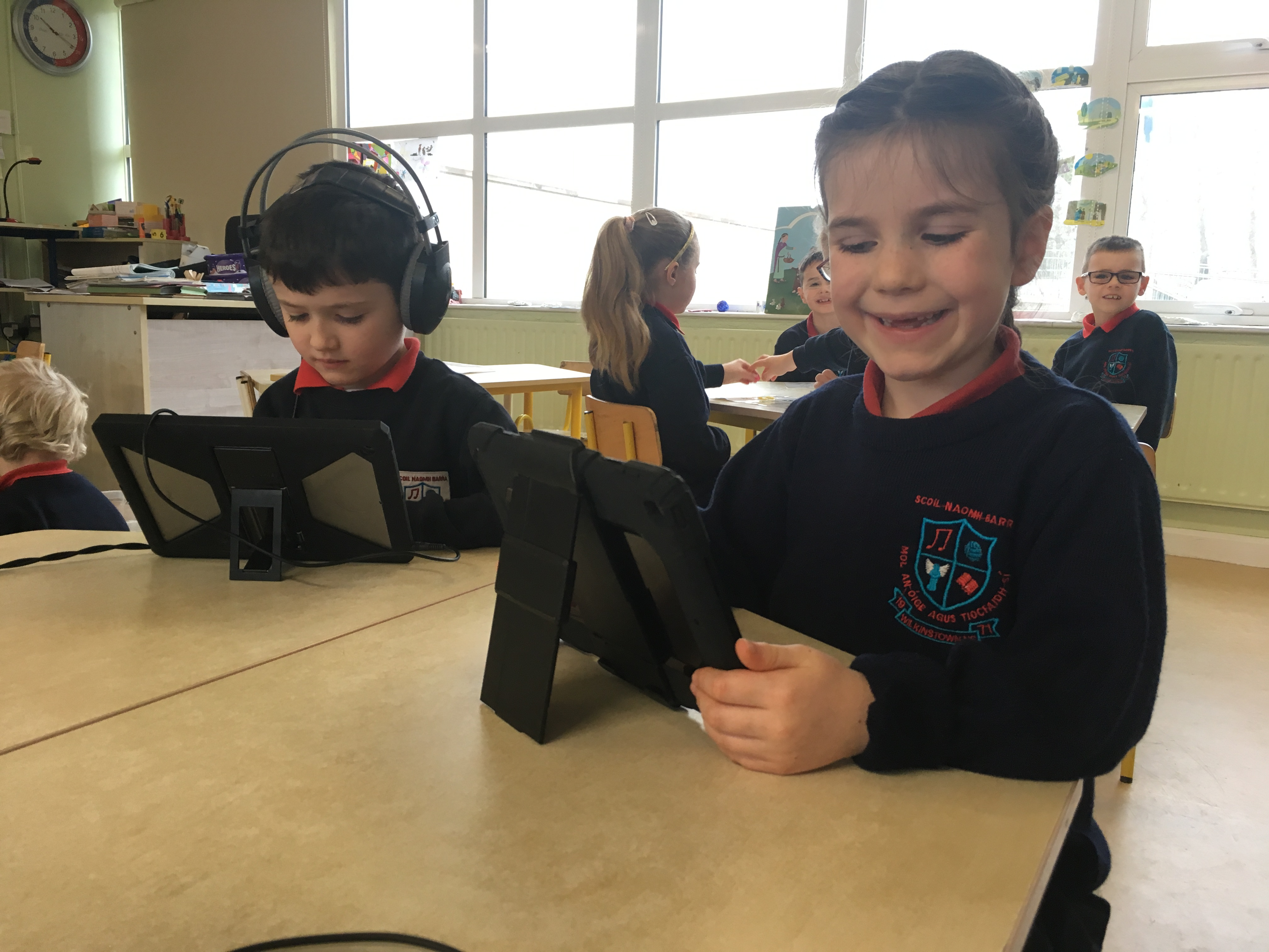 Ms Daly's class using iPads during Aistear